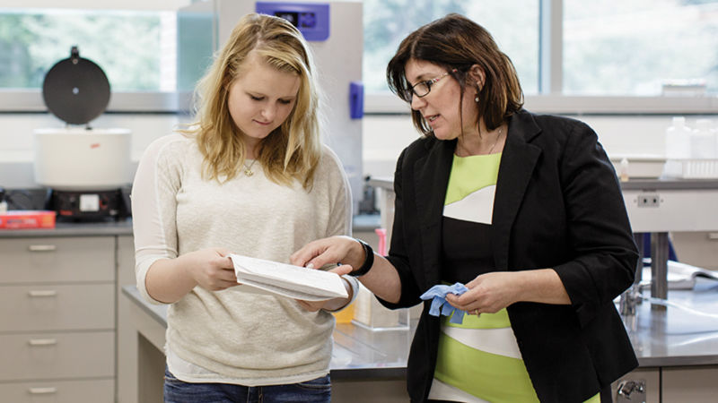 Tami Mysliwiec works with a student researcher