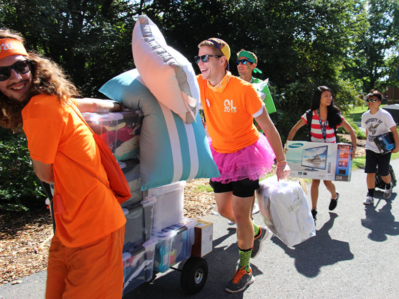Upperclassmen helping move in the Freshmen on Move In Day